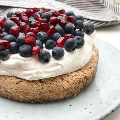 Nøddemarengsbund med vaniljecreme og bær | Mummum Cake Recipes, Dessert Recipes, Sweet Cakes, Pavlova, Party Cakes, Love Food, Cupcake Cakes, Cheesecake, Food And Drink