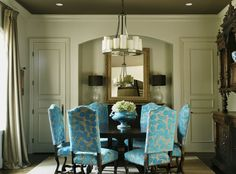 Vibrant blue takes this room from dull to dazzling — a brilliant color play by Lisa! Image: Howard Lee Puckett. Interior: Lisa Flake. Read more at www.StyleBlueprint.com