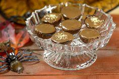 Nämä superherkulliset pikkuleivät yllättävät. Suklaakerroksen alta löytyvä musta hopeatoffeekinuski saa makunystyrät kipristelemään. Viattoman näköiset sokerirakeet pinnalla saavat herkuttelijan silmiin tuikkeen, sillä pinnalle on ripoteltu Quai Sud-poksusokeria, joka poksahtelee suussa hauskasti tuoden lapsuusajan muistot mieleen: Poksahtelevat lakritsi-suklaapikkuleivät Dessert Recipes, Desserts, Punch Bowls, Cookies, Tailgate Desserts, Crack Crackers, Deserts, Postres, Cookie Recipes