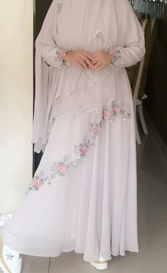 Baju syar'i Hijab Gown, Hijab Evening Dress, Girls Fashion Clothes, Modest Fashion, Fashion Dresses, Bridal Hijab, Hijab Wedding Dresses, Burqa Designs, Moslem Fashion