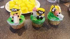 Baby shower minion cupcakes
