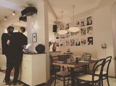 « Café », un néon blanc scintille à travers la vitrine et révèle le secret de cette nouvelle adresse parisienne. Le Pigalle (à ne pas confondre avec Maison Pigalle...