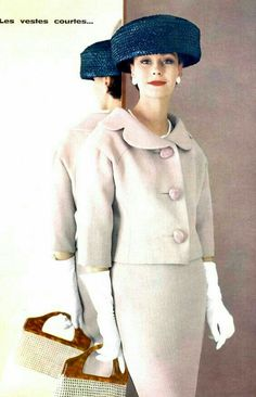 Anne Gunning in pale pink wool suit with short jacket and sleeves by Lanvin-Castillo, purse by Durer, photo by Roland de Vassal, 1961 Moda Vintage, Vintage Mode, Vintage Ladies, Vintage Hats, Vintage Style, Fifties Fashion, Retro Fashion, Vintage Fashion, Vintage Dresses