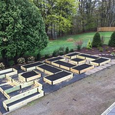 This article has some advice for you and some design ideas. Your backyard organic garden is small does not mean you cannot have vegetables, flowers, herbs. Raised Bed Garden Layout, Building Raised Garden Beds, Cheap Raised Garden Beds, Garden Layouts, Sloped Garden, Vegetable Garden Design, Vegetable Gardening, Gardening Tips, Desert Gardening