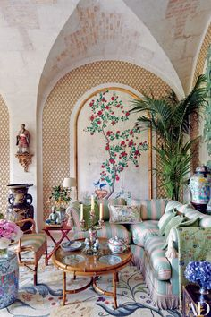 Valentino Garavani's asian-inspired château near paris. Valentino Garavani is Italian through and through, from his debonair manner to his elegantly rolled r's to his suavely tailored suits. Decor, Furniture, House Design, Interior, Home Decor, House Interior, Traditional Living Room, Chinoiserie Chic, Interior Design