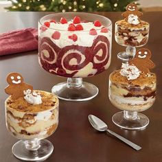 Christmas Desserts in Trifle Bowls @ Fresh Finds Trifle Bowl Desserts, Trifle Dish, Trifle Recipe, Just Desserts, Delicious Desserts, Dessert Recipes, Party Recipes, Yummy Food, Mini Trifle