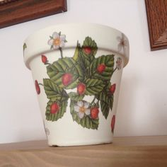 Maceta decorada con servilletas! Diy Christmas Crafts To Sell, Christmas Diy, Planter Pots, Things To Sell, Decorated Flower Pots, Ornaments, Mud, Napkins, Paper Flowers