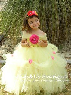 Welkom bij Baby/babys kleding door Funkids & ons Boutique    Deze mooie handgemaakte prinses jurk tutu jurk is perfect voor de verjaardagsfeestjes of elke gelegenheid. Deze jurk is absoluut mooi en elk meisje zeker hou van om het te dragen. Het is gemaakt van licht geel soft Premium tulleThe haak lijfjes is geaccentueerd met vintage hotpink bloem verfraaiing van prachtige Strass  HOOFDBAND: een hoofdband isa shabby chique bloem hotpink, rood en super schattige mini geel kanzashi bloe...