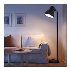 IKEA - HEKTAR, Gulvlampe, , Det store lampehoved gi'r både et godt og koncentreret læselys og god generel belysning i små områder.Du kan nemt pege lyset i den ønskede retning, fordi lampehovedet er indstilleligt. Du kan f.eks. rette lampen mod en bog, når du læser, bruge den som uplight eller fokusere på et bestemt område i rummet.