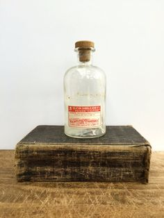 Antique bouteille avec étiquette dorigine et inutilisée « Croix-Rouge » sceaux de remplir. Cette vente est pour une bouteille.