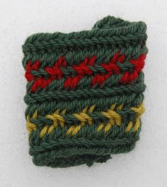 Näissä kuvioissa on käytetty kahta väriä, kumpikin omassa neulassaan. Neulomisen periaate on, että neulassa on saman värinen lanka ...