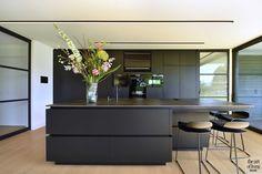 Black Kitchen Island, Kitchen Island Table, Black Kitchens, Home Kitchens, Kitchen Interior, Kitchen Decor, Long Narrow Kitchen, Design Moderne, Cuisines Design