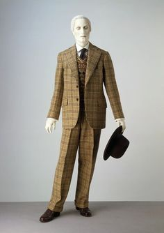 Suit | Trimingham | V&A 1940s lounge suit The lounge suit dominated men's dress from the 1920s onwards. It was worn at events and in places where in previous decades more formal attire would have been required. By 1940s men were wearing lounge suits with a pullover in place of a waistcoat. Pullovers were previously worn for informal and sporting occasions but they gradually became integrated into mainstream fashion.