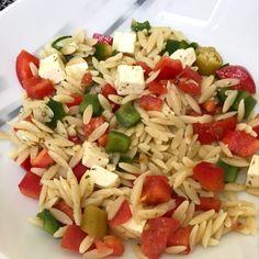 Nudelsalat auf griechischer Art - perfekt zum Grillen- Kritharaki Healthy Pasta Salad, Healthy Pastas, Pasta Salad Recipes, Salade Healthy, Salat Al Fajr, Vinaigrette, Feta Cheese Recipes, Holiday Party Appetizers, Wheat Pasta
