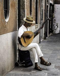 Este músico veneciano en cambio, entretiene. Venecia, Italia.