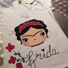 una tierna Frida $40.000 COP Mexican Crafts, Mexican Folk Art, Ceramic Painting, Fabric Painting, Madhubani Art, Mug Cozy, Outdoor Art, Hobbies And Crafts, Diy Craft Projects