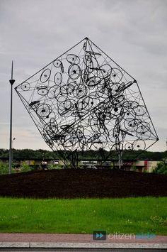 Une autre sculpture sur un rond-point à Saint-Amand-les-Eaux, Nord Pas de Calais (59), France, pour le Tour de France 2012. Another sculpture on a roundabout at Saint-Amand-les-Eaux,Nord Pas de Calais (59), France, for the Tour de France 2012.