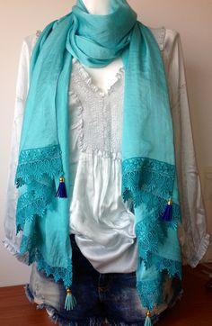 Xl sjaal met kant en leren  kwastjes ijsblauw/kobalt