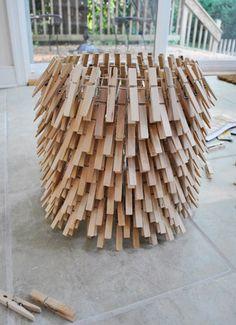 Para hacer esta lámpara se necesitan dos aros de metal de 10 pulgadas de diámetro, una parte de un rollo de alambrado, un pedazo de alambre delgado, guantes, pinzas y ocho bolsas de pinzas para ten…