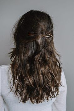 Hair Tutorial - hair pin for the holidays I got this beautiful rose gold hair pin last holiday season. Today, I thought it was the perfect time to share a hair tutorial including this piece. Holiday Hairstyles, Braided Hairstyles, French Hairstyles, Elegant Hairstyles, Party Hairstyles, Rose Gold Hair, Brown Hair Colors, Up Girl, Hair Day