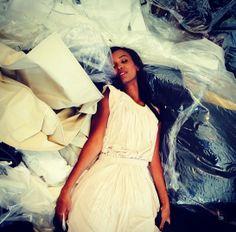 Liya Kebede en pleine séance d'essayages http://www.vogue.fr/mode/experiences-digitales/diaporama/le-festival-de-cannes-sur-instagram-jour2/18773/image/1001006#!liya-kebede-en-pleine-seance-d-039-essayages