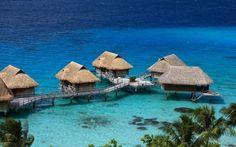 Bora Bora - to koralowy atol otaczający powulkaniczny stożek. Przepiękne plaże położonego na Oceanie Spokojnym to tylko jedna z atrakcji. To doskonałe miejsce dla amatorów sportów wodnych oraz miłośników mocnych wrażeń - wśród miejscowych atrakcji znajdziemy nurkowanie z rekinami.
