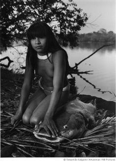 Sebastião Salgado   uma menina  no ritual do peixe sagrado, no Alto Xingu, Amazônia