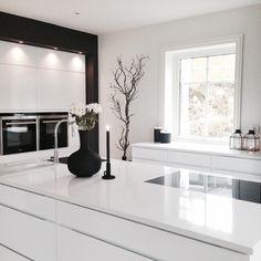 black and white kitchen via _hana_style_/Instagram