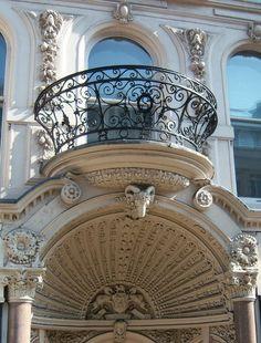Apartment facade in Paris Beautiful Architecture, Beautiful Buildings, Art And Architecture, Architecture Details, Vintage Architecture, Balcon Juliette, Porches, Portal, Paris 3