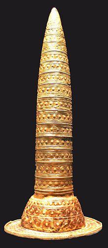 Такие золотые шляпы носили кельтские жрецы бронзового века.