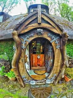 When a Lord of the Rings fan builds his real Hobbit home . Quand un fan du Seigneur des anneaux construit sa vraie maison de hobbit . When a Lord of the Rings fan builds his real Hobb Fairy Houses, Play Houses, Cob Houses, Cool Tree Houses, Casa Dos Hobbits, Unusual Homes, Earth Homes, Earthship, The Hobbit