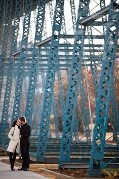 Anna and Spencer Photography , engagement in Chattanooga Tennessee , blue pedestrian bridge in Chattanooga , walking bridge chattanooga .