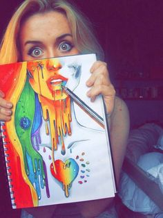 Chica con un dibujo con los colores del arcoíris