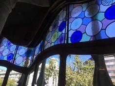 Dettaglio della vetrata del salone di casa Batlló by Gaudí