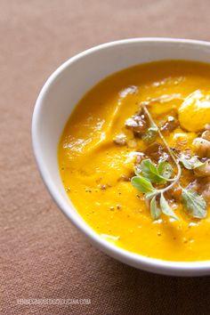 La vellutata di zucca: calda e avvolgente, con quel dolce retrogusto che valorizza anche gli ingredienti più semplici. Come i cereali e la maggiorana.