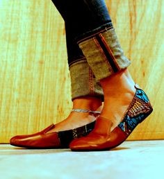 I want these gorgeous African print shoes. African Inspired Fashion, African Print Fashion, African Prints, African Attire, African Dress, African Style, African Beauty, Cute Shoes, Me Too Shoes