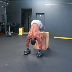 Obi (@obi_vincent) mixes it up with these Decline Push Ups. This helps to improve shoulder strength and its a lot harder than it looks but keep trying and your strength will improve. #Gymshark #Workout #Target #Fitness #Gym #Exercise #Sweat #Challenge #Arms #UpperBody #Rows #Pulls #Biceps #HammerCurls #Shoulders
