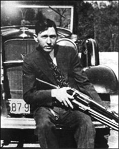 Clyde was paroled in early 1932 and soon returned to a life of crime. Bonnie And Clyde Bodies, Bonnie And Clyde Photos, Bonnie Clyde, Us History, American History, Titanic Wreck, Bonnie Parker, Life Of Crime, Fly On The Wall