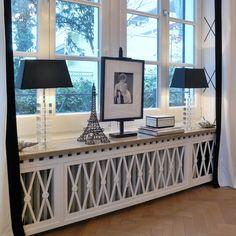 stilvoll die Heizung verkleiden zwei symmetrische Lampen und ein Bild in der Mitte