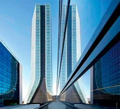 Símbolo de agilidade, movimento e modernidade. Essa é a síntese da CMA CGM Head Office Tower, expressivo exemplar em destaque no portfólio dda mestra Zaha Hadid. Erguido na cidade de Marselha, na França, é o primeiro projeto de torre construído pela arquiteta. Envidraçado de alto a baixo, o arranha-céu combina diferentes tonalidades do material em uma fachada delineada por perfis curvos, orientados pelo centro do edifício,
