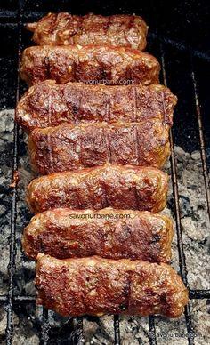 cei mai buni mici de casa mittei cu pasta de mici de casa reteta Mici Recipe, Kebab, Good Food, Yummy Food, Romanian Food, Dehydrated Food, International Recipes, Appetizer Recipes, Barbecue