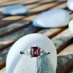 Bague en or blanc. Grenat serti 4 griffes accompagné de 6 diamants Serti, Class Ring, Creations, Rings, Jewelry, Garnet, Ears, Boucle D'oreille, Locs