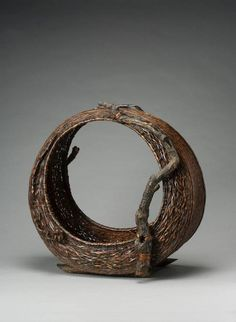 aleyma: Flower arranging basket, made in Japan, (source). Bamboo Weaving, Weaving Art, Basket Weaving, Brooms And Brushes, Making Baskets, Creative Flower Arrangements, Japanese Bamboo, Bamboo Art, Bamboo Basket
