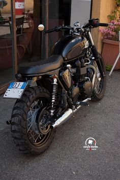 Triumph Scrambler The incredible new benchmark in scrambler capability and. - Triumph Scrambler The incredible new benchmark in scrambler capability and style Triumph Cafe Racer, Motos Triumph, Triumph Bikes, Cafe Racer Bikes, Cafe Racers, Triumph Bonneville T100, Triumph Scrambler Custom, Bonneville Motorcycle, Blitz Motorcycles
