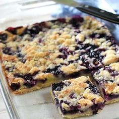 These blueberry oatmeal crumble bars are bursting with juicy blueberries, and filled with crunchy oatmeal crumble. Delicious for breakfast or dessert - these easy crumble bars are always a hit! Easy Blueberry Pie, Blueberry Crumble Bars, Blueberry Breakfast, Blueberry Apple Recipes, Blueberry Cheesecake Cookies, Blueberry Squares, Blueberry Bread, Cheesecake Recipes, Quick Dessert Recipes