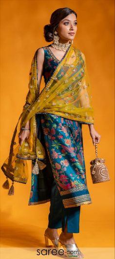 Silk Kurti Designs, Kurta Designs Women, Kurti Designs Party Wear, Stylish Dress Designs, Designs For Dresses, Stylish Dresses, Stylish Kurtis Design, Indian Designer Suits, Indian Suits