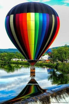 Magnificent Photo - Hot Air Balloon appears to be flowing over the falls. Le Vent Se Leve, Air Balloon Rides, Hot Air Balloons, Air Ballon, Above The Clouds, World Of Color, What A Wonderful World, Wonders Of The World, Beautiful Places