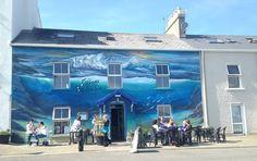 Captivating #wildatlanticway mural to front of @eithnasbythesea