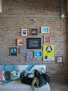 pared con cuadros distintos Decoracion Low Cost, Houses In France, White Wash Brick, Exposed Brick Walls, Deco Furniture, Sweet Home, Room Decor, House Design, Interior Design