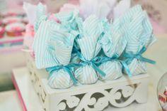 Trouxinha de Bombom... Escolhi a cor do tecido e embalei um por um!!!  Muito fácil de fazer e fica lindo!!
